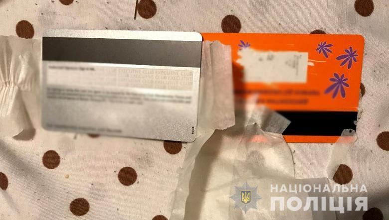 Зловмисник встановлював на банкомати скімер та міні-камеру