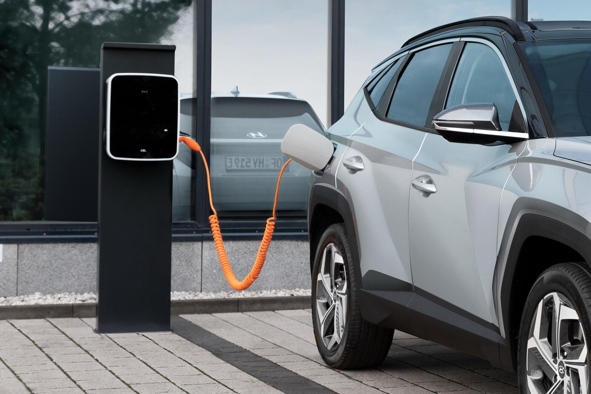 Встроенная зарядка на 7,2 кВт позволяет пополнять энергией батарею как на стационарных станциях, так и в домашних условиях