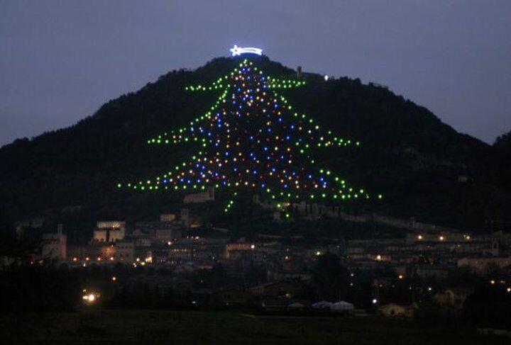 Инсталяция новогодней елки в Италии