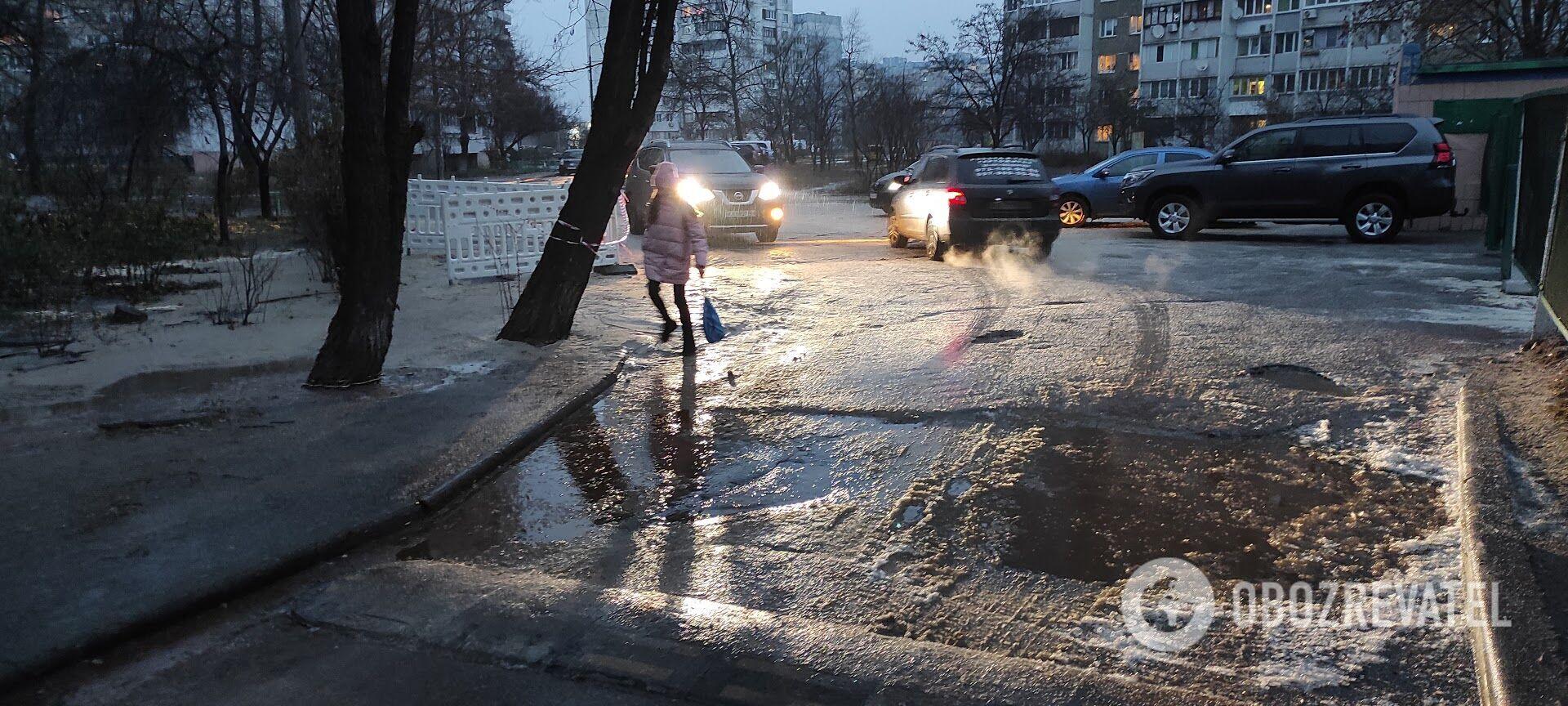 Из-за мороза дорога рядом с местом аварии превратилась в каток.