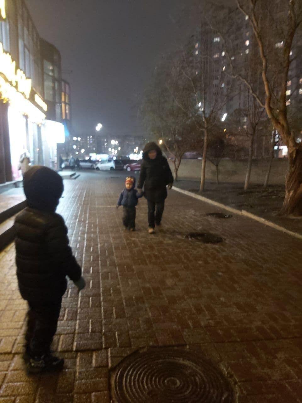Деякі жителі, незважаючи на негоду, вийшли на вулицю з дітьми
