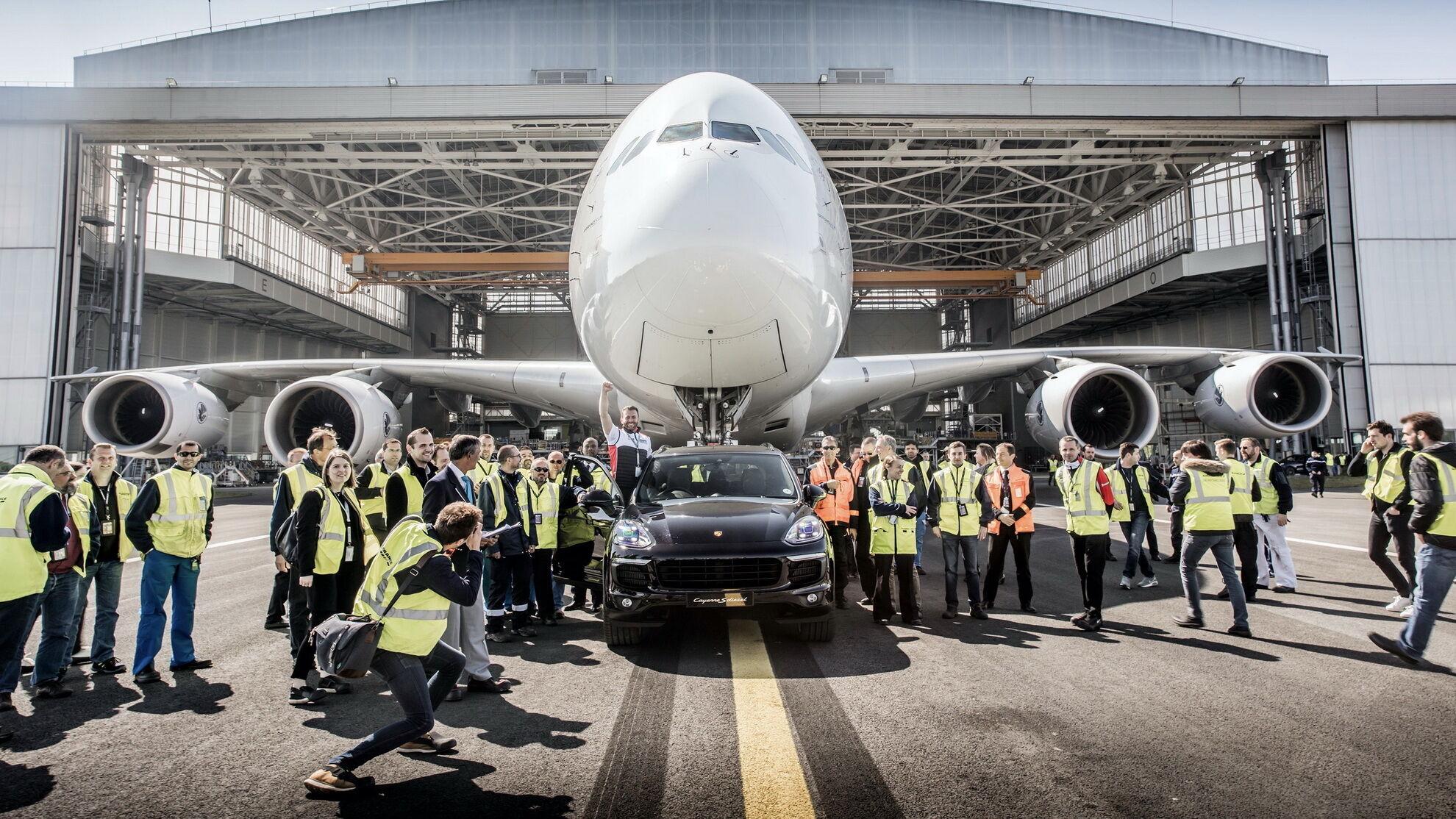 """У 2018 році Porsche відзначився у """"Книзі рекордів Гіннесса"""", відбуксувавши 285-тонний Airbus A380 на 42 метри."""
