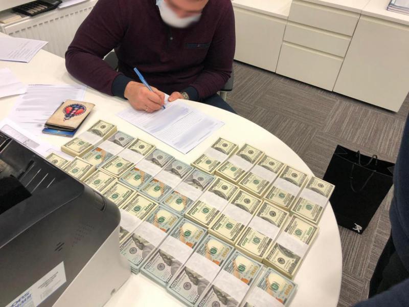 Чиновник требовал взятку в размере 250 тысяч долларов.