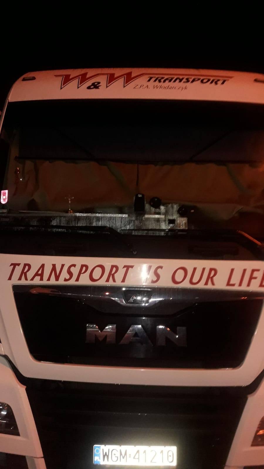 Із вантажівки зняли банер