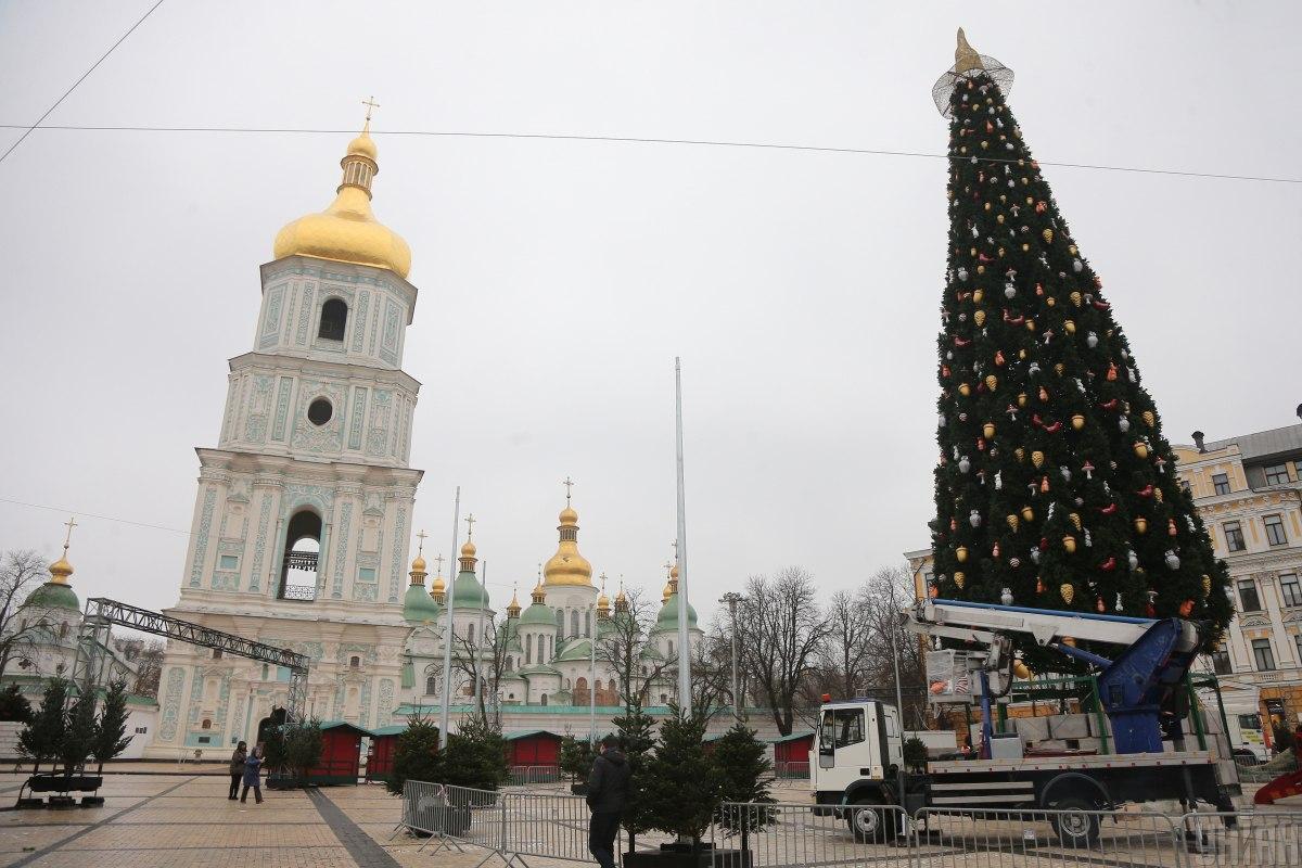 Елку установили на Софийской площади