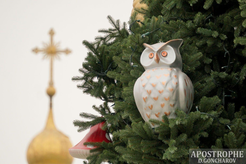 Елку украсили традиционными сказочными игрушками