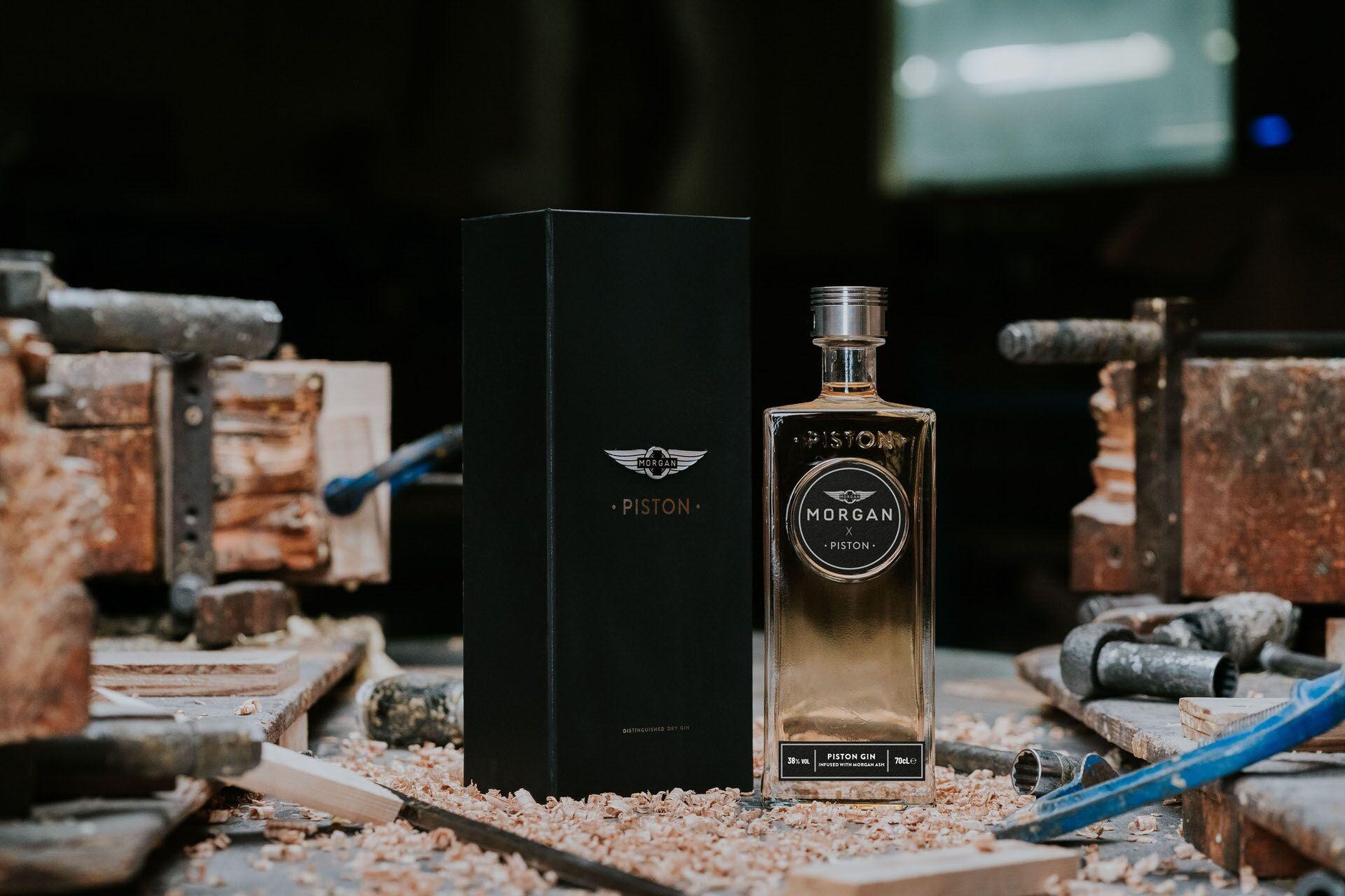 Фирменный джин Morgan x Piston станет хорошим подарком для всех ценителей качественных напитков  и классических автомобилей