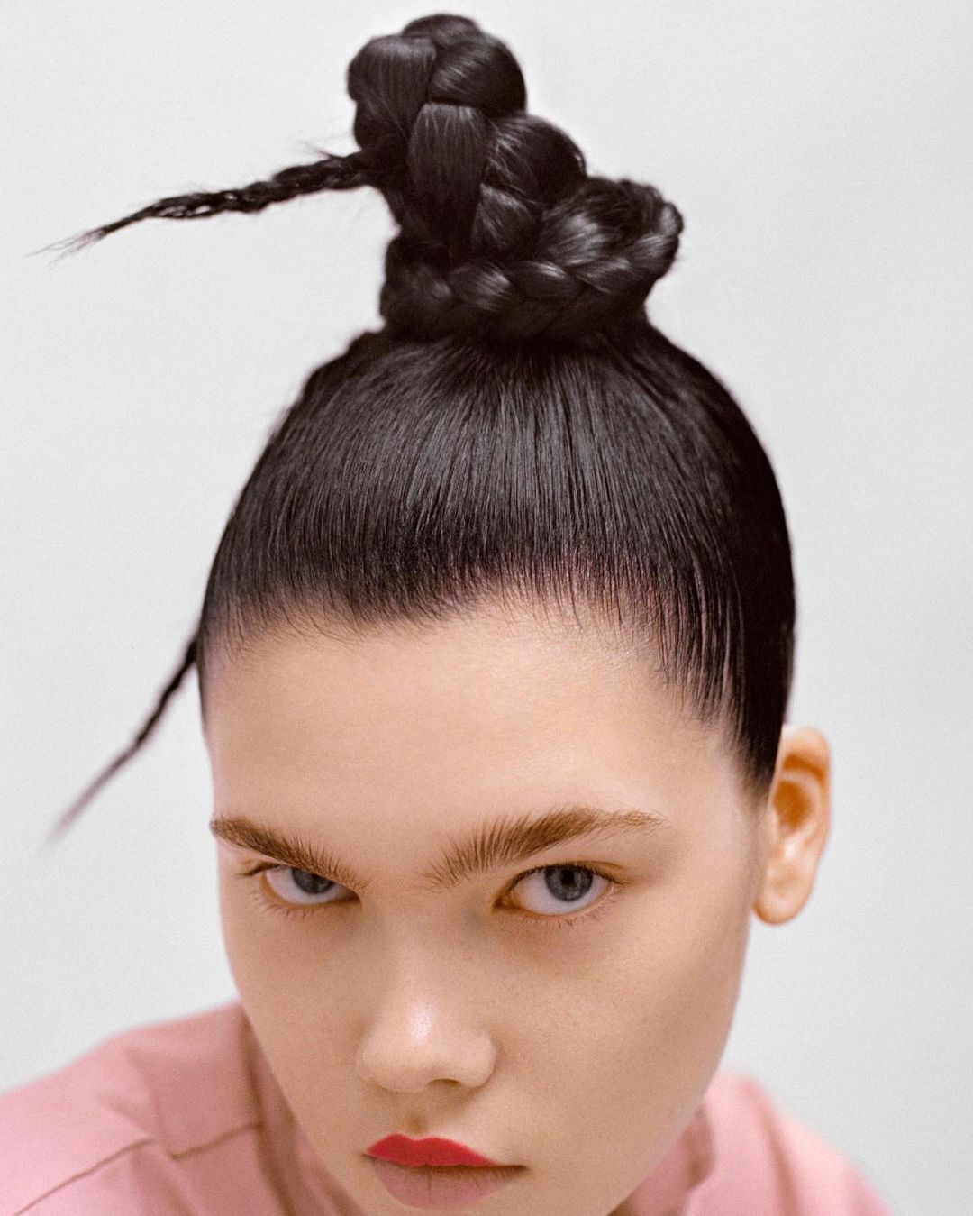 Украшенный косами пучок