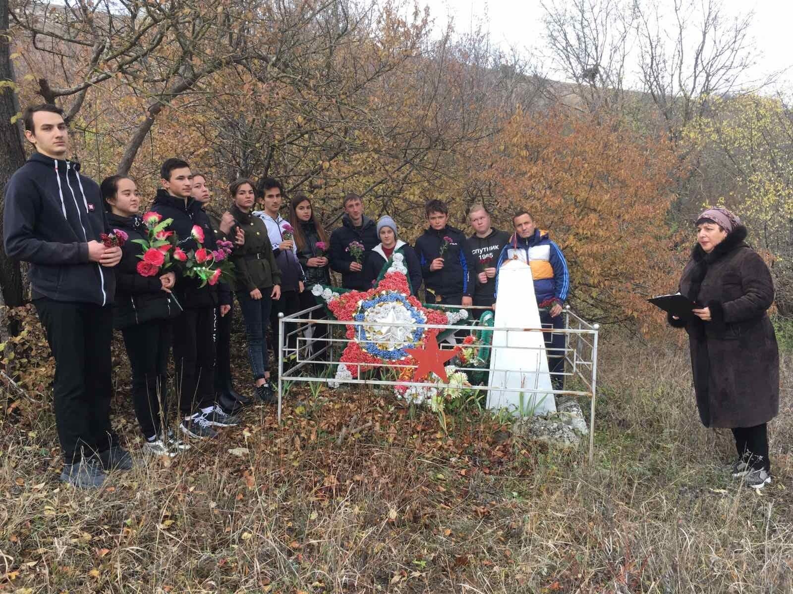 """В Крыму школьники с цветами поклонялись """"великой победе"""". Фото"""