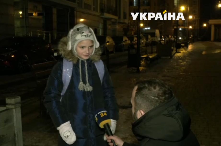 Дівчинка розповідає журналісту про свою пригоду