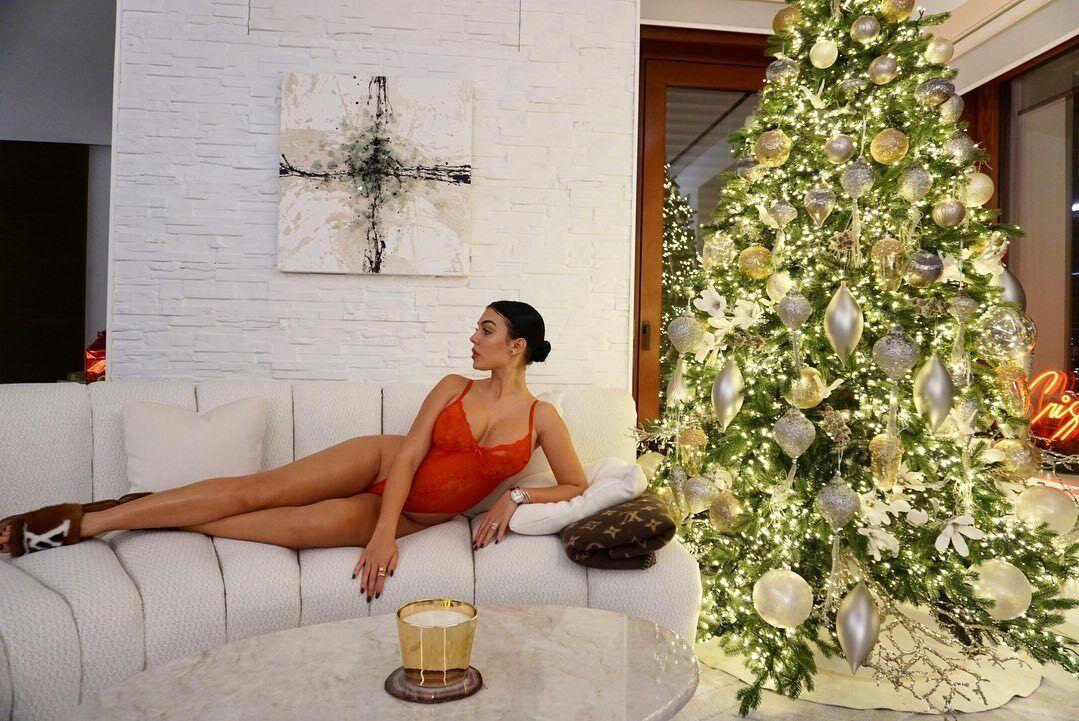 Джорджина Родригес в красном боди возле елки