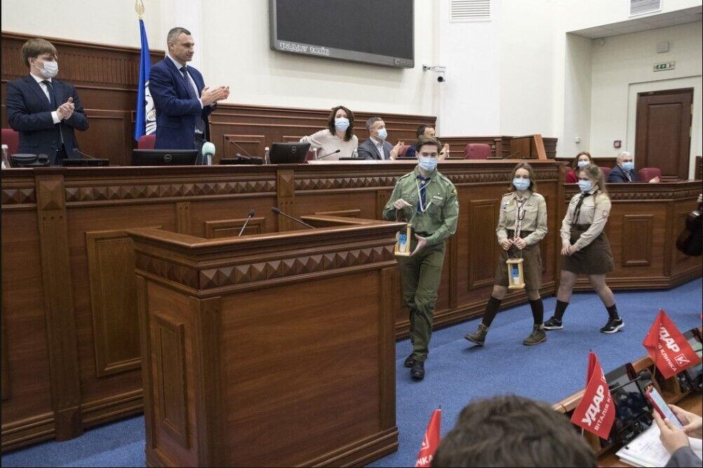 Скауты принесли благодатный огонь на сессию Киевсовета.