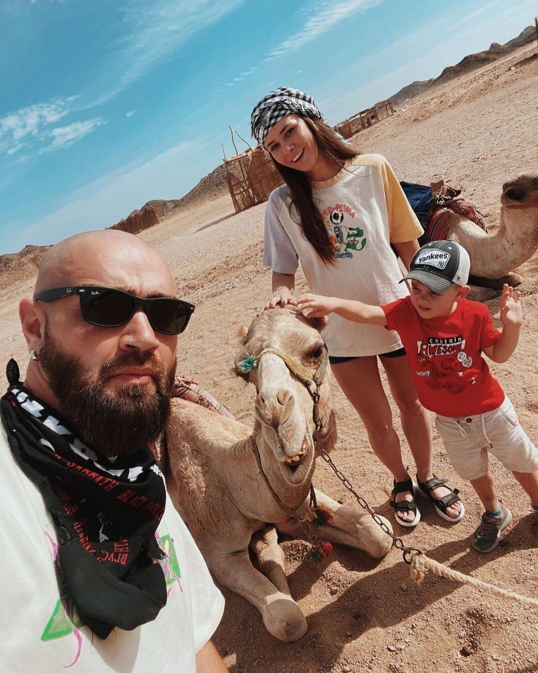 Юлія Саніна із сім'єю на сафарі.