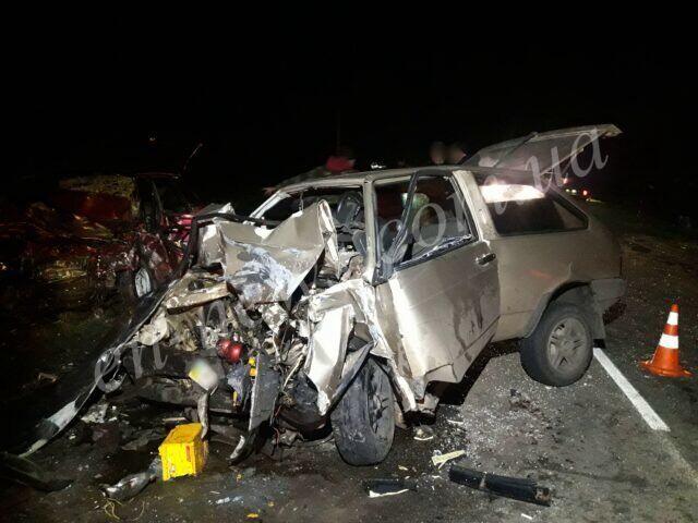 Розтрощений автомобіль на місці аварії