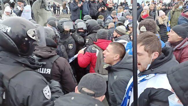 На Майдані відбулися зіткнення: у хід пішли димові шашки і газ