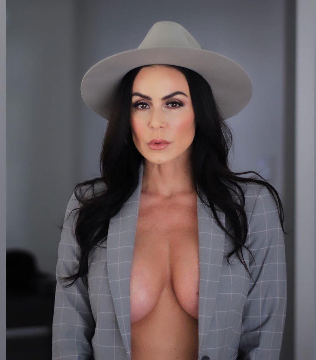 Кендра Ласт у капелюсі