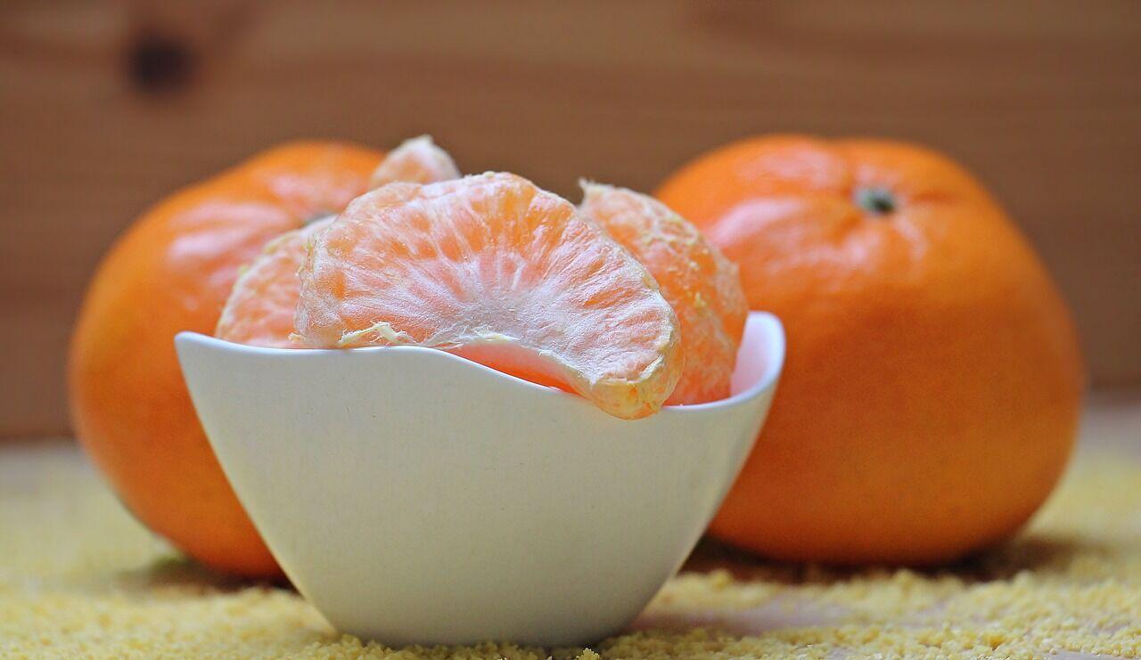 """Під час конкурсу """"Очисти фрукт"""" учасники повинні очистити фрукт без допомоги рук"""