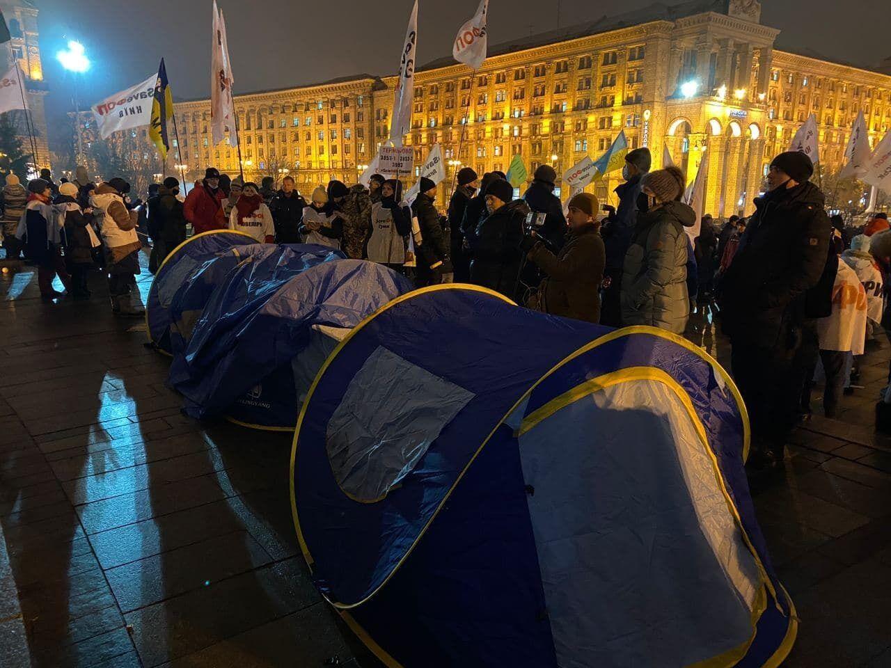 Протестующие установили новые палатки.
