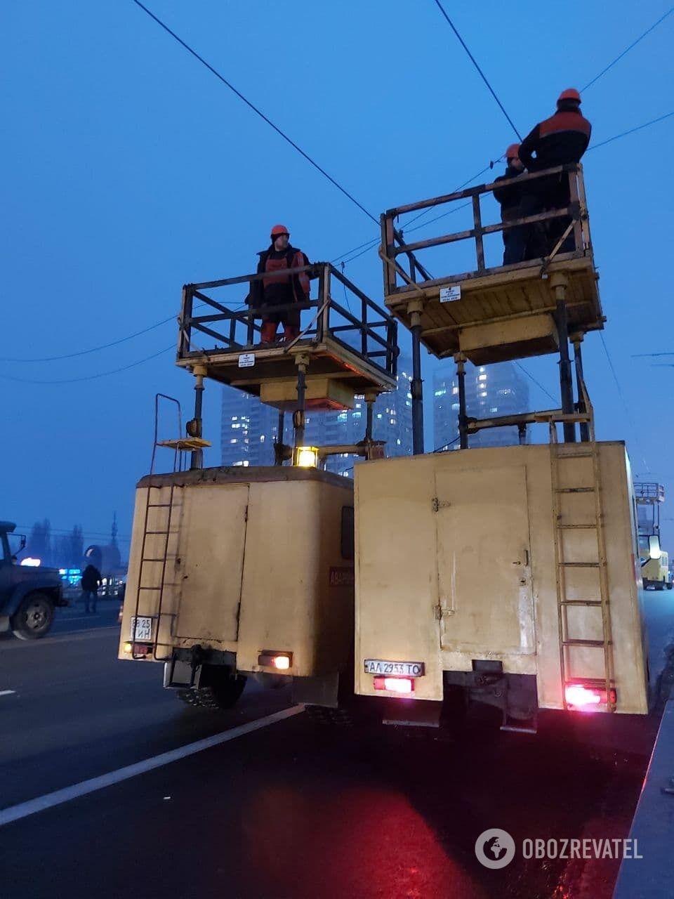 Коммунальщики приступили к ремонтным работам.