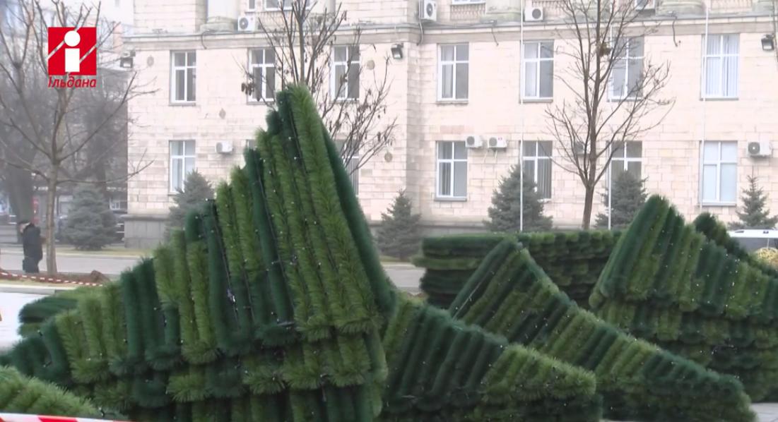 Новогоднее дерево собирали из отдельных элементов