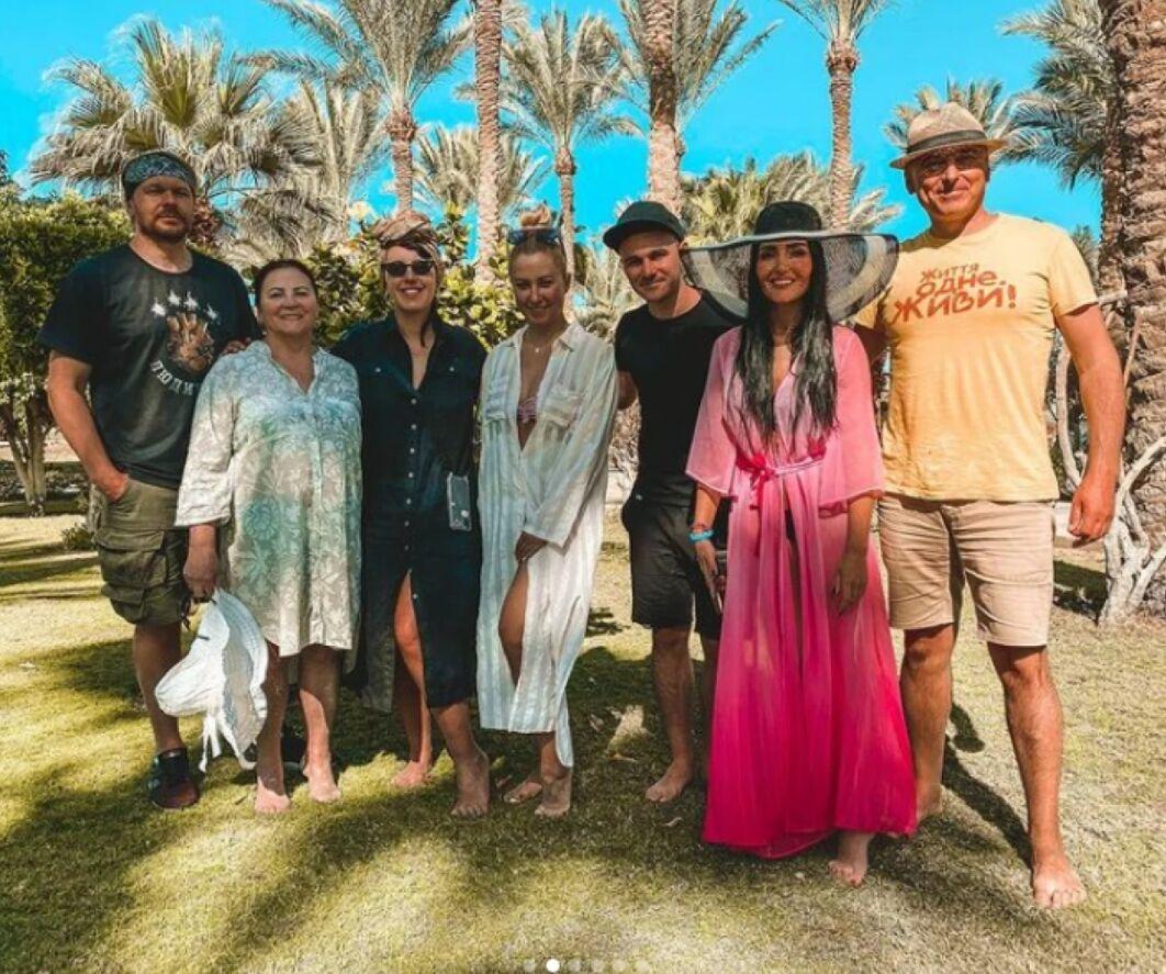 Ніна Матвієнко в компанії українських музикантів на відпочинку в Єгипті.