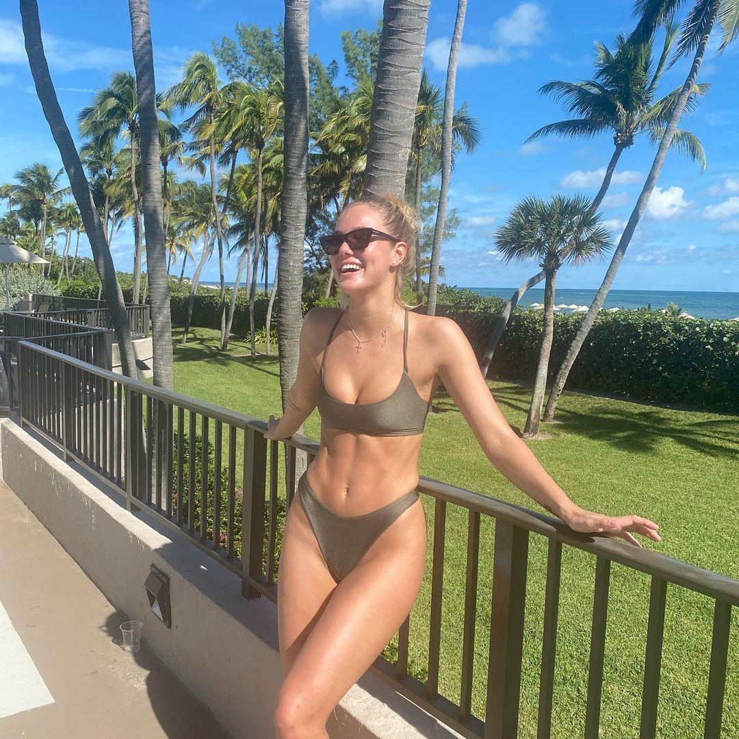 Софія Жук на тлі пальм