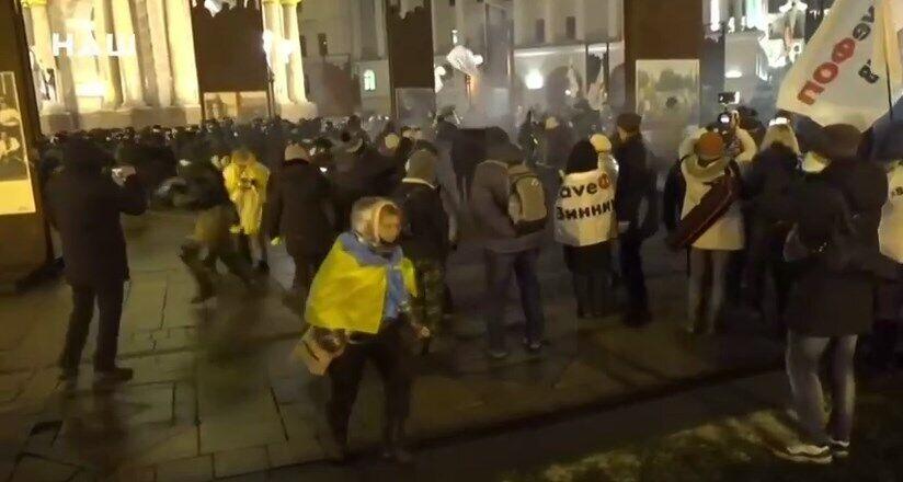 Протестующие вступили в столкновения с полицией.