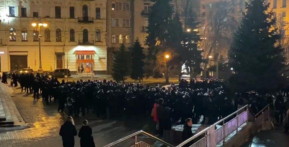 Правоохранители окружили протестующих.
