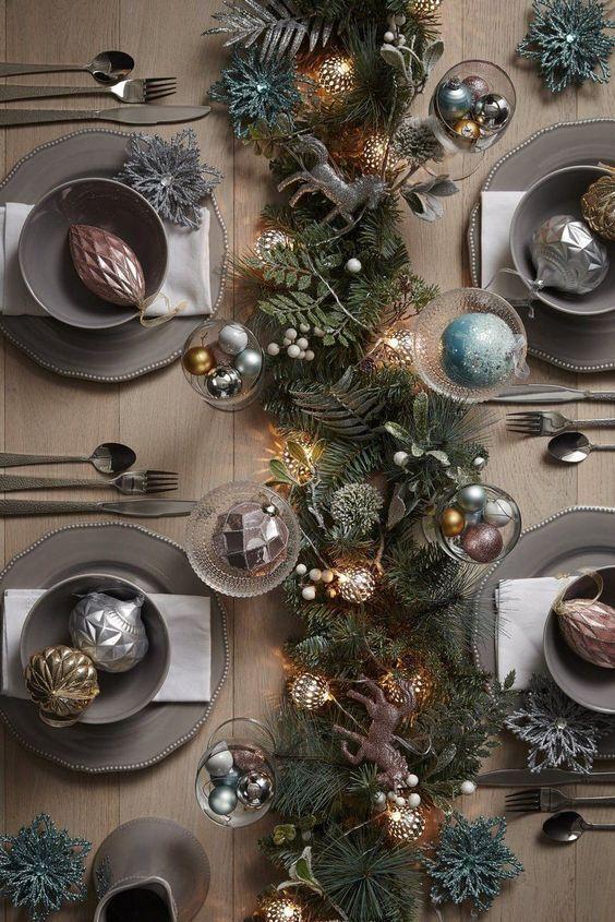 Нарядная сервировка стола на Новый год.
