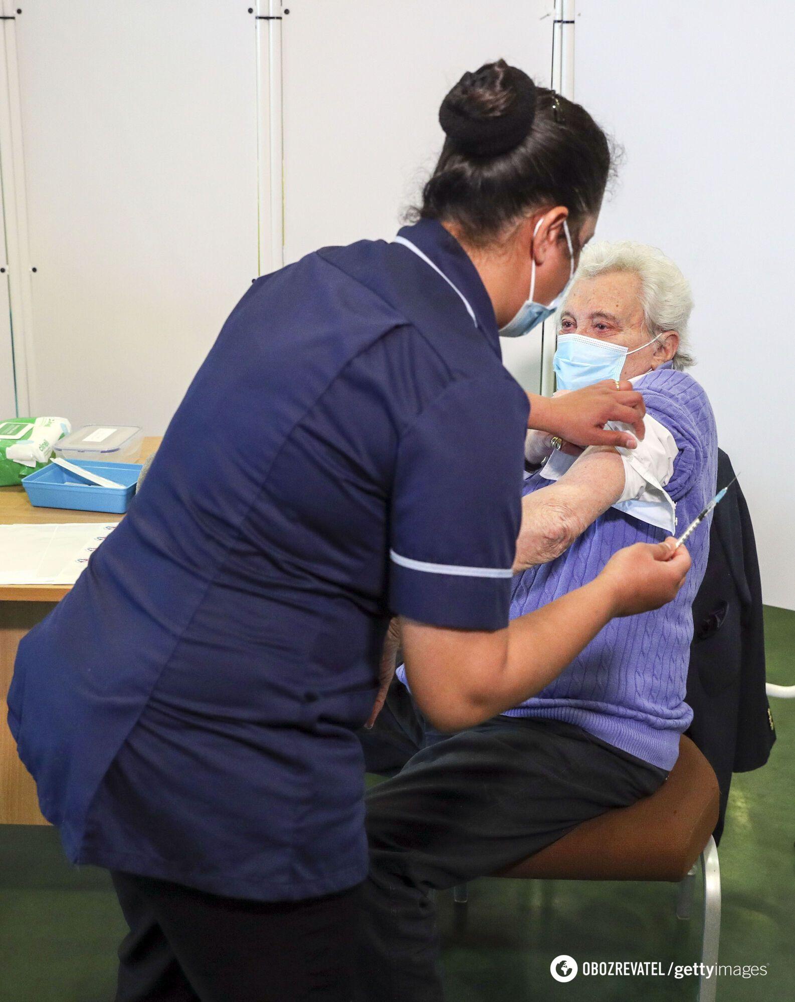 Прививки от коронавируса уже начали делать пожилым людям