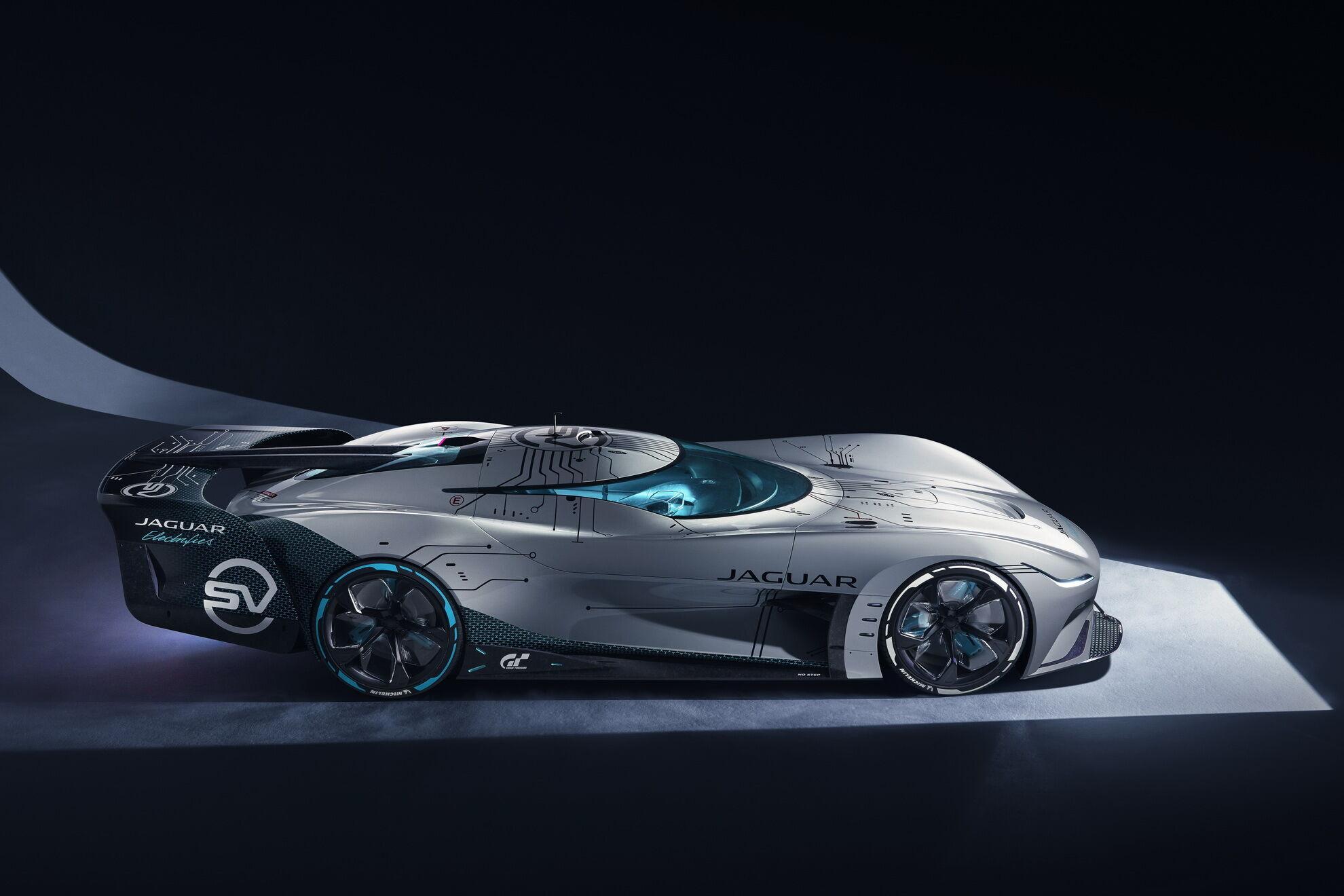 Автомобиль имеет привод на все колеса и систему векторизации тяги