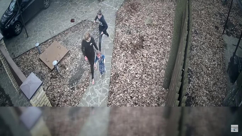 Подросток бежит за тетей и братом