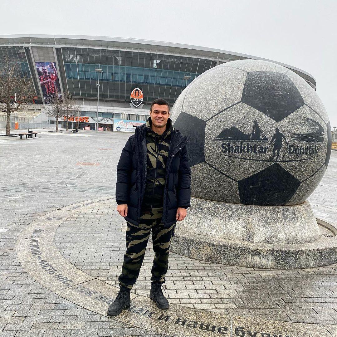 Виталий Виценец на фоне Донбасс Арены