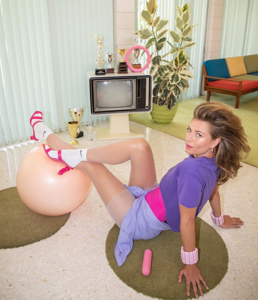 Марія Шарапова перед старим телевізором