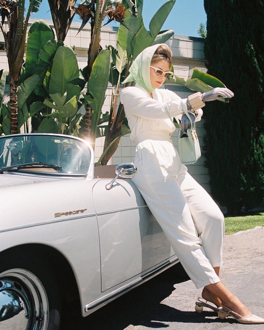Марія Шарапова позує біля машини