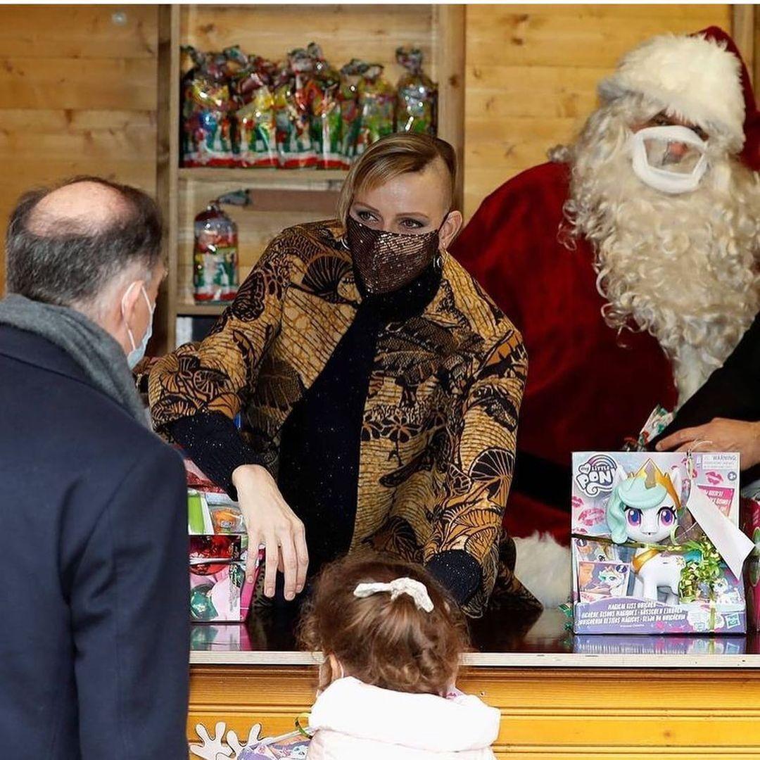 Княгиня Шарлен на ярмарку різдвяних подарунків