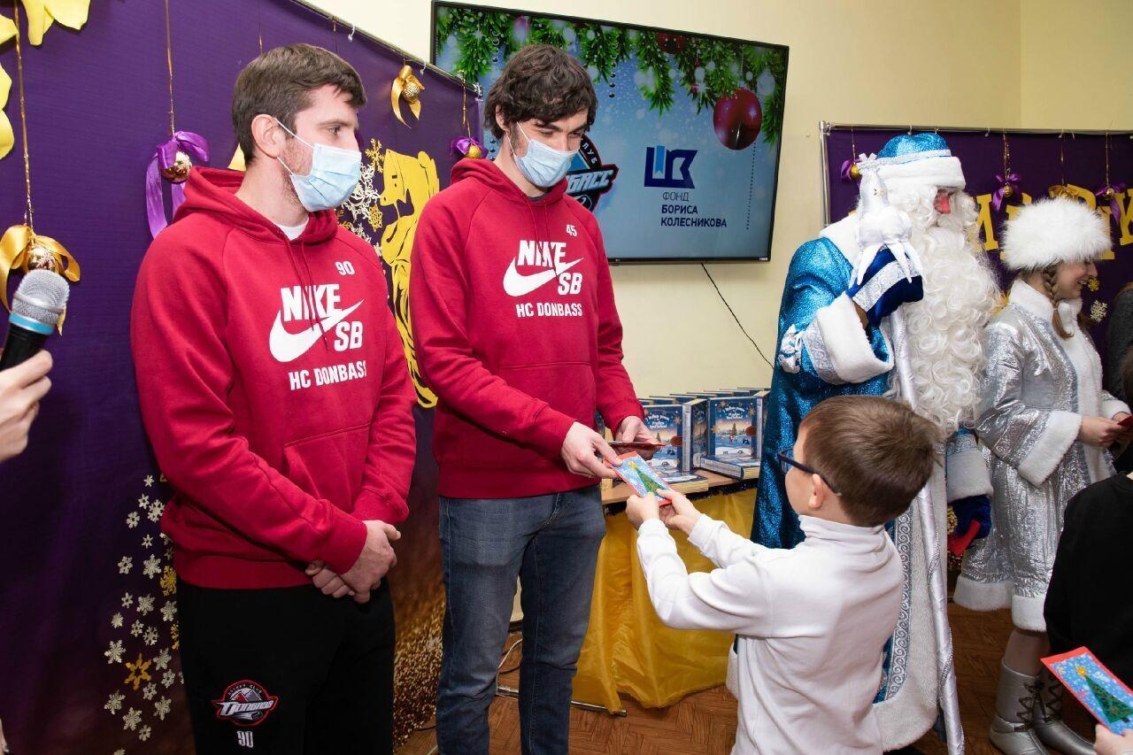 """Гравці """"Донбасу"""" вручають подарунок дитині"""