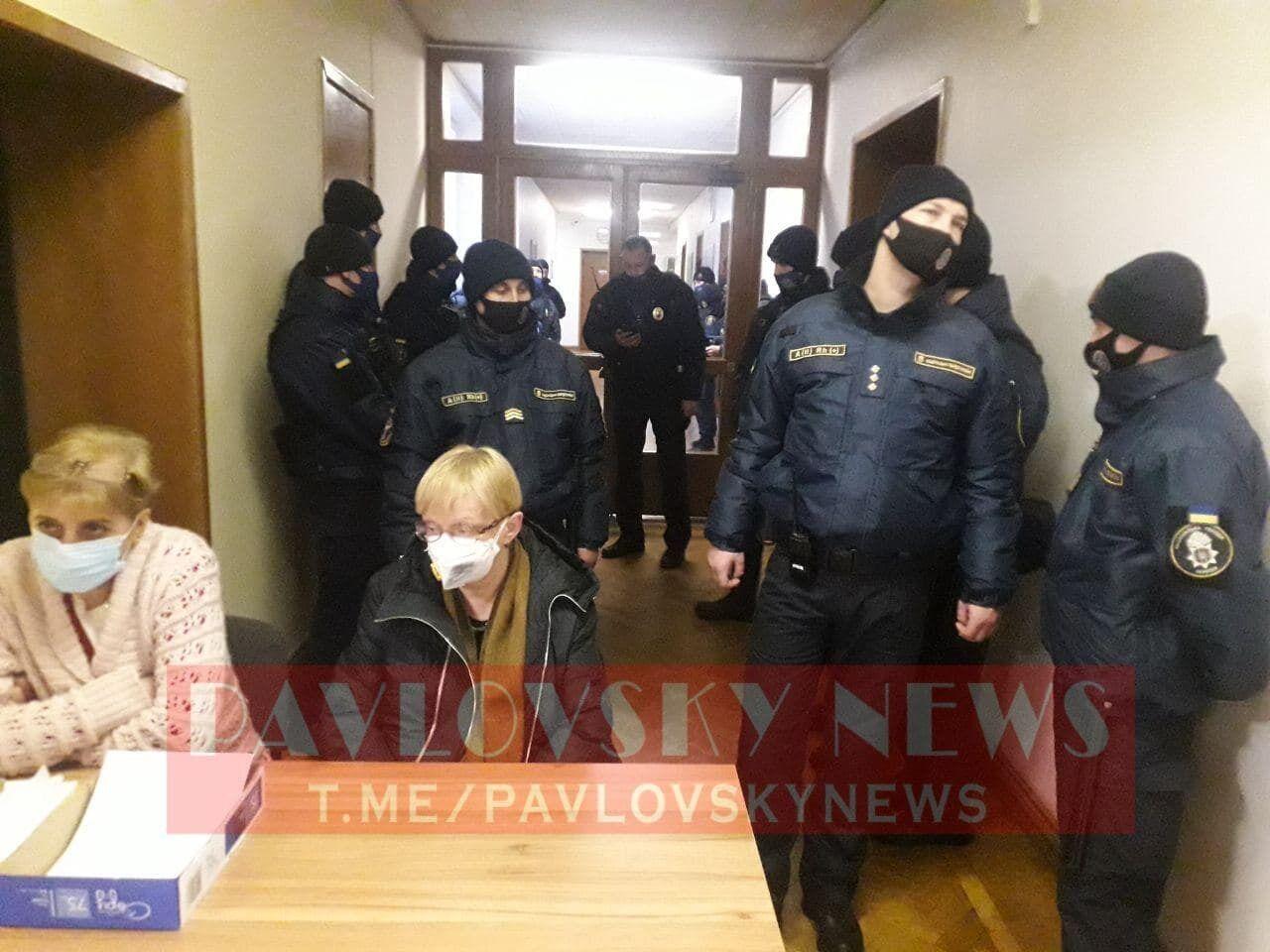 На вході в облраду чергували правоохоронці.