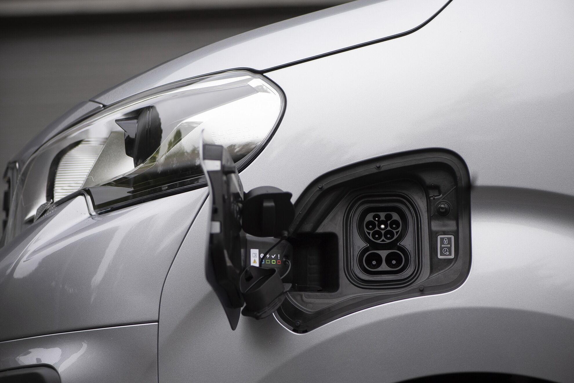 На выбор доступны два типа тяговых аккумуляторов емкостью 50 и 75 кВтч
