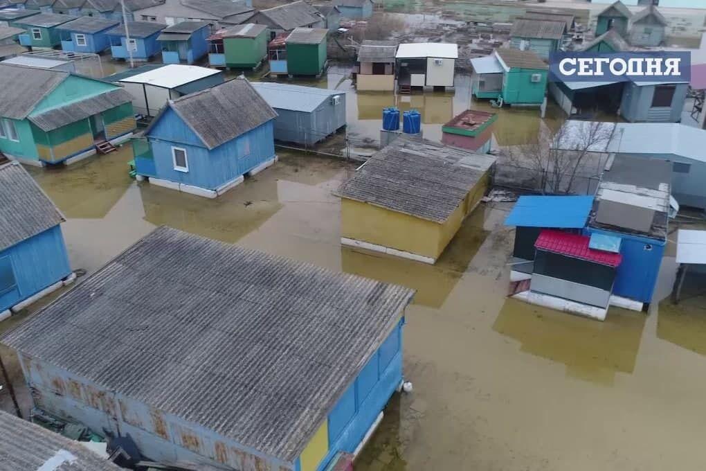 На вулицях селища – багато води
