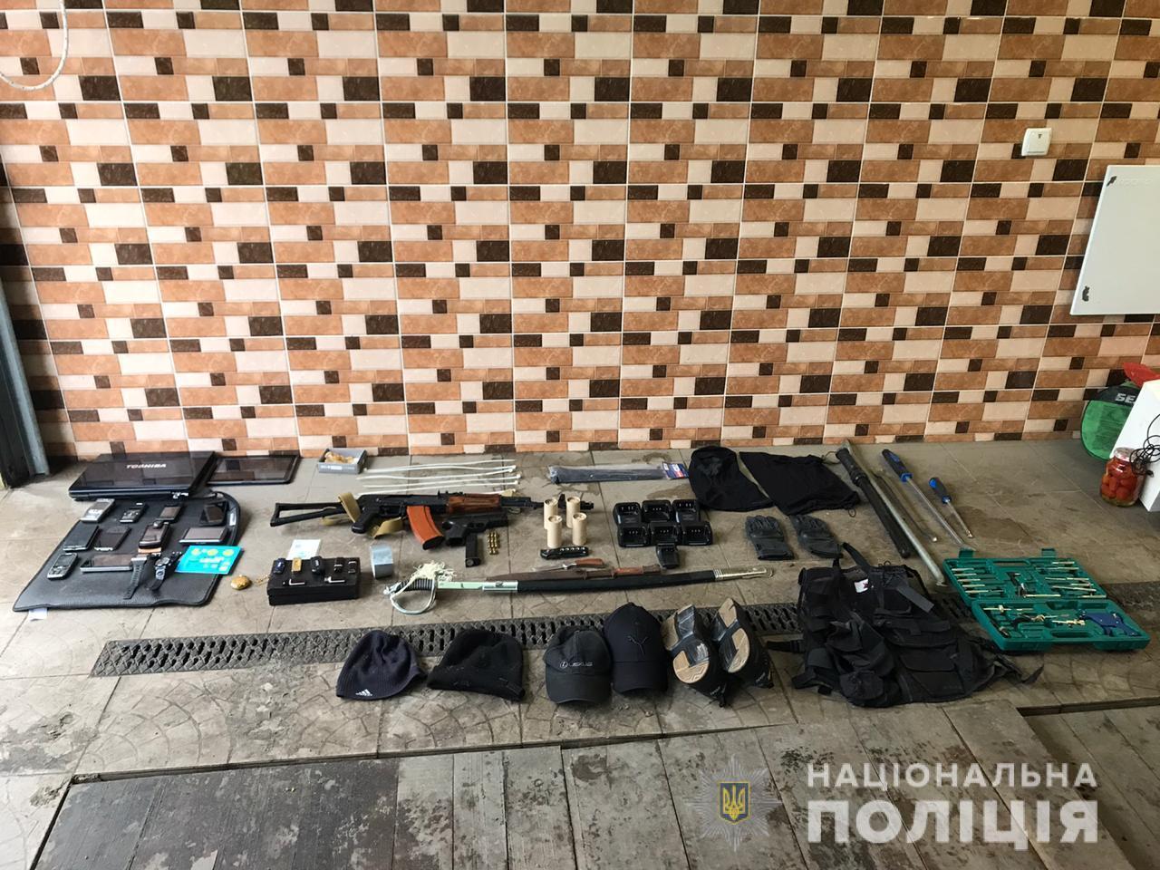 У підозрюваних вилучили зброю та інші докази.