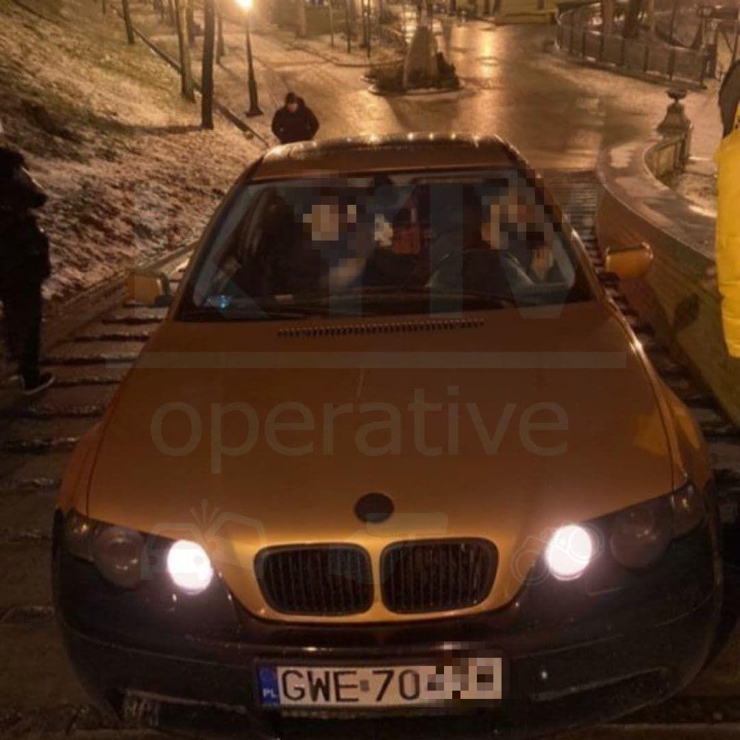 Водій на BMW заїхав в парк.