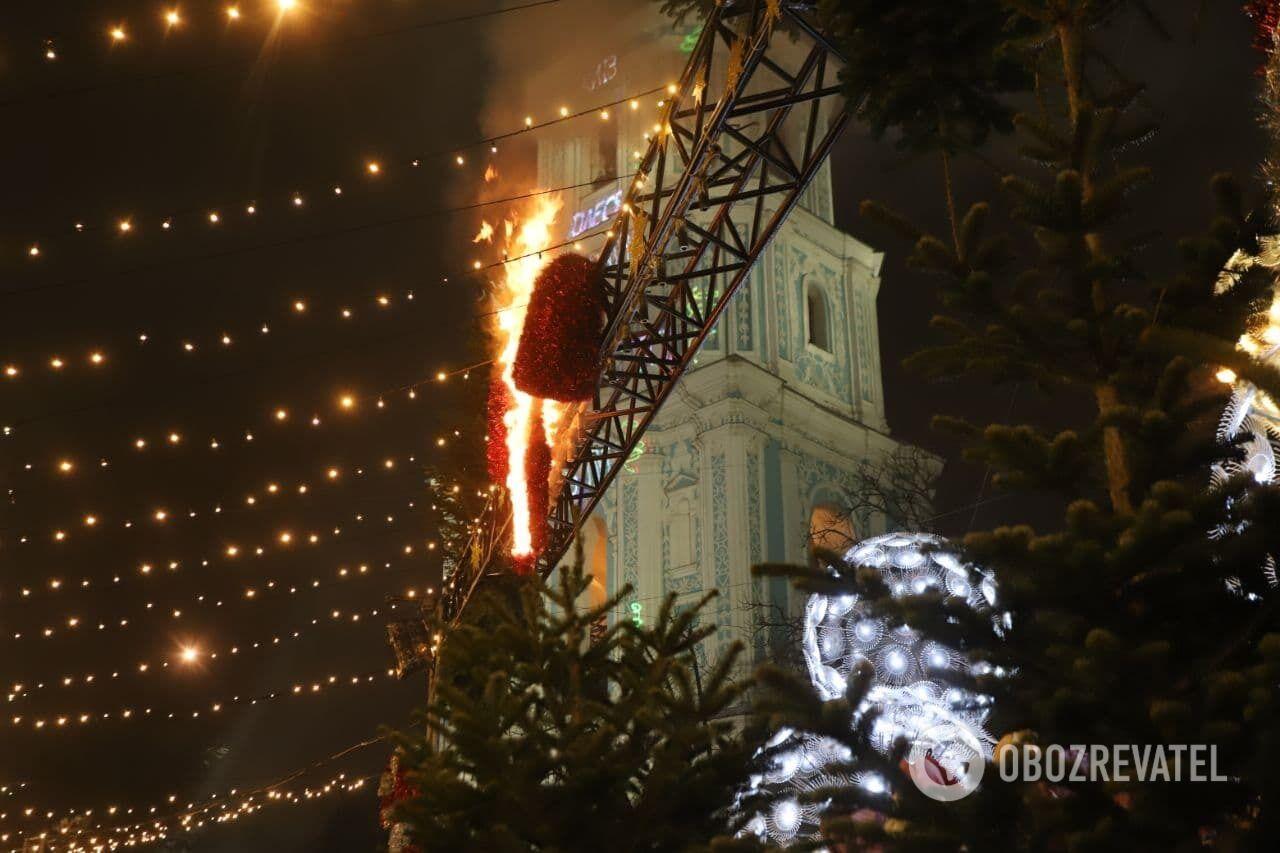 В момент открытия елки загорелась декорация