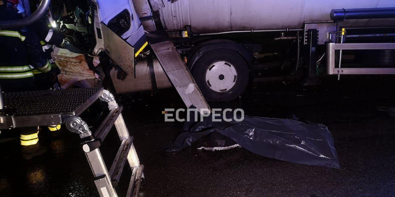 У Києві бензовоз протаранив фуру: є загиблий. Фото та відео