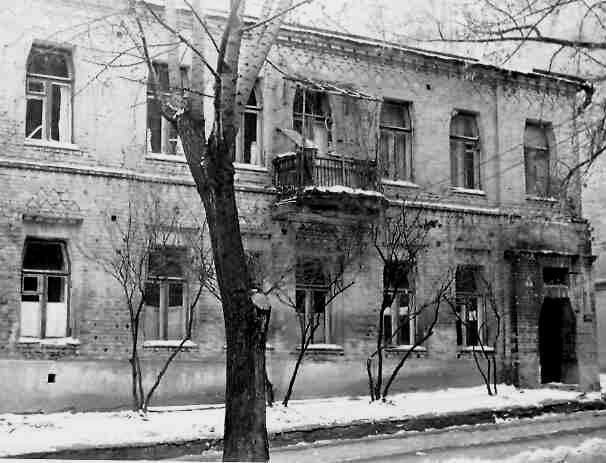Розташовувався дім на вулиці Полтавській, що тоді мала назву Солдатська Слобідка