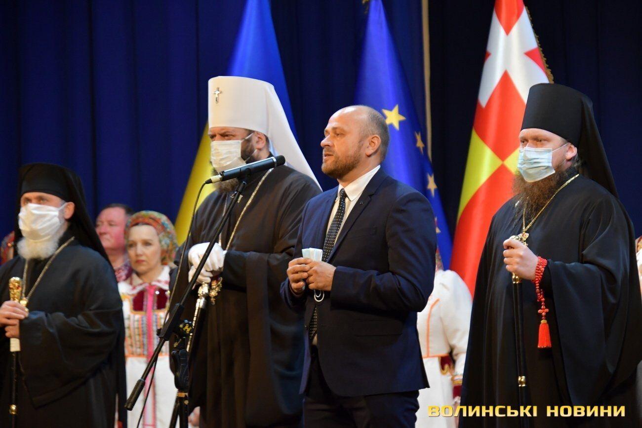 На сцену митрополит вийшов без шуби