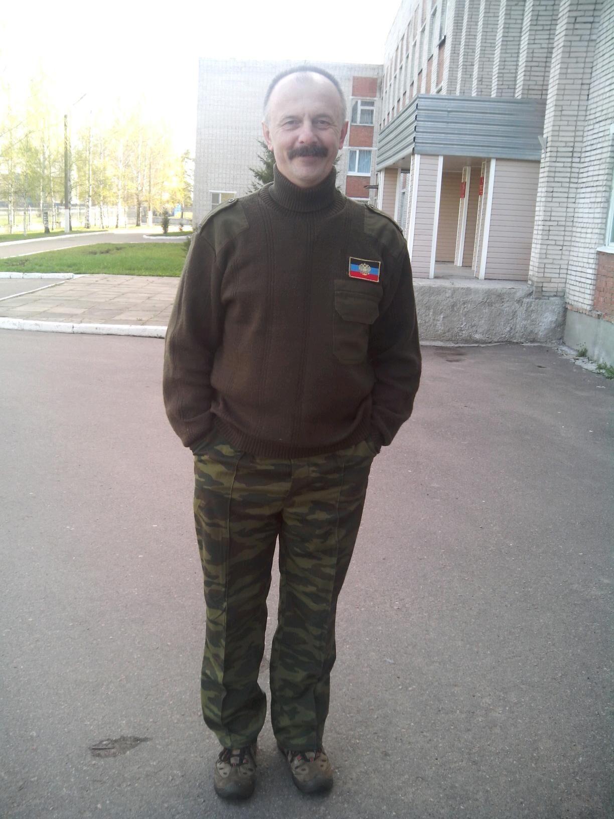 "Террорист в форме с флагом ""ДНР"""