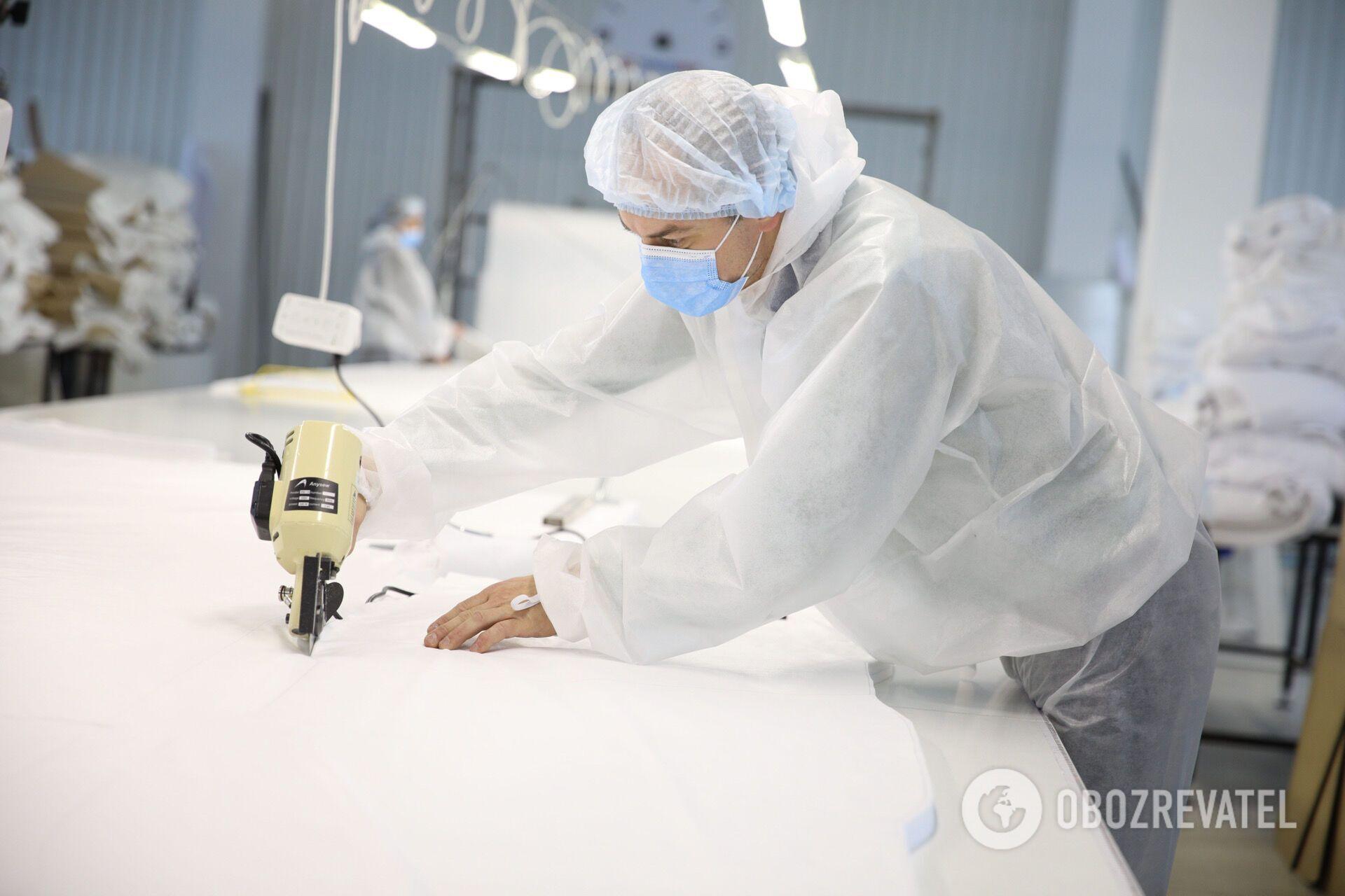 Защиту для медиков производят на современном оборудовании.