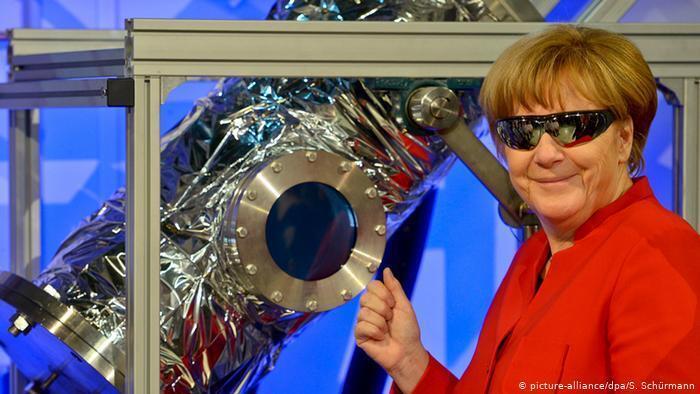 Ангела Меркель у Німецькому центрі аерокосмічних досліджень під час огляду однієї з наукових лабораторій