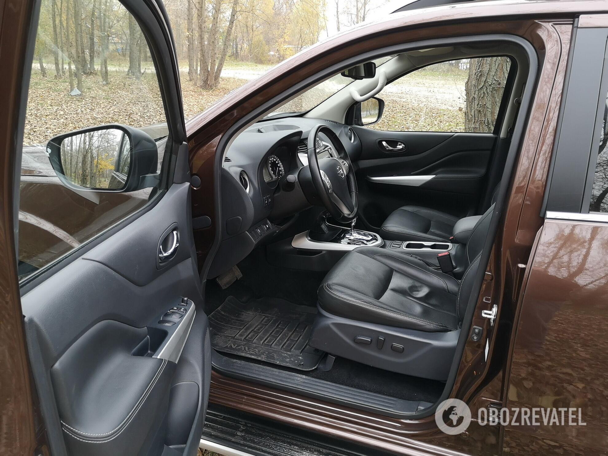 Сиденье водителя снабжено электроприводами и подогревом